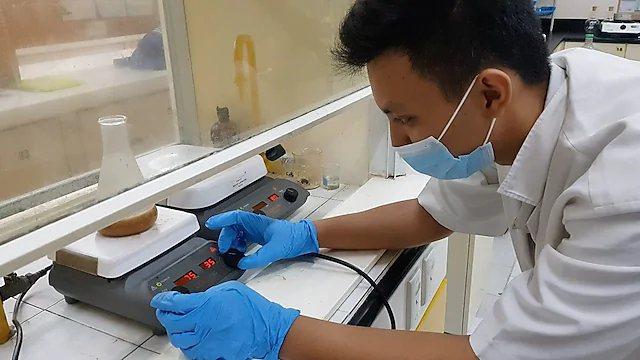 A NXplorers student from the University of San Carlos is testing a liquified component of the bioplastic